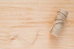Las tijeras y el yute viejos de la madeja trenzan en un fondo de madera, foco selectivo, estilo rústico imágenes de archivo libres de regalías