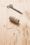 Las tijeras y el yute viejos de la madeja trenzan en un fondo de madera, foco selectivo, estilo rústico fotografía de archivo