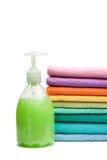 Las toallas coloridas y el jabón líquido aislaron Fotografía de archivo libre de regalías