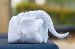 Las toallas en la forma de elefantes encendido sunbed en la piscina de lujo Fotos de archivo libres de regalías