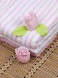 Las toallas y el jabón convolutos como flor de se levantaron Foto de archivo libre de regalías