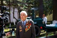 Las tomas de la televisión se entrevistaron con a un veterano de la gran guerra patriótica, el 9 de mayo Imágenes de archivo libres de regalías
