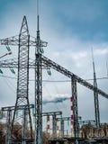 Las torres de la producción energética de la industria instalan tubos los alambres de la electricidad del cielo del humo Imágenes de archivo libres de regalías