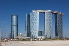 Las torres de la puerta en Abu Dhabi City Imágenes de archivo libres de regalías