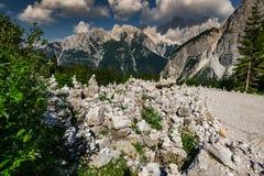 Las torres de la roca de la balanza del zen hechas en Triglav parquean, Eslovenia Imagenes de archivo
