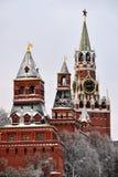 Las torres del Kremlin cubrieron la nieve - Moscú el Kremlin Imagen de archivo