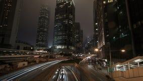 Las torres del negocio y los semáforos rayan en la noche de la ciudad, timelapse metrajes