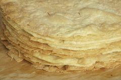 Las tortas de frutas hechas en casa recientemente cocidas para Napoleon se apelmazan en el tablero de madera Foto de archivo