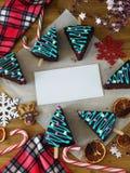 Las tortas de miel adornadas como los árboles de navidad y cualidades del Año Nuevo están enmarcando el lugar vacío para un texto Foto de archivo libre de regalías