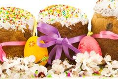 Las tortas frescas de pascua con los huevos y la primavera decorativos coloridos fluyen Imagen de archivo