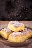 Las tortas tradicionales hechas en casa llenaron por la cuajada del azúcar de polvo derramado Fotos de archivo libres de regalías