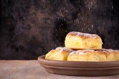 Las tortas tradicionales hechas en casa llenaron por la cuajada y derramaron el azúcar de polvo Foto de archivo