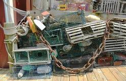 Las trampas de la langosta y las boyas de la langosta en el muelle en barra se abrigan, Maine Imágenes de archivo libres de regalías