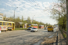 Las tranvías están en los carriles con respecto a un accidente de tráfico en Imagen de archivo libre de regalías