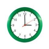 Las tres en el reloj de pared verde imagen de archivo libre de regalías