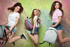 Las tres muchachas en pantalones cortos del dril de algodón Foto de archivo libre de regalías