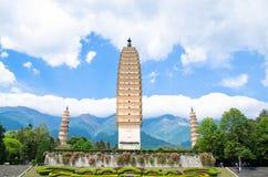 Las tres pagodas del templo de Chongsheng cerca de Dali Old Town, provincia de Yunnan, China Imagen de archivo