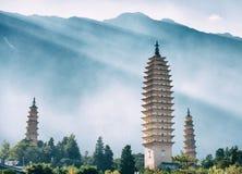 Las tres pagodas del templo de Chongsheng, Dali, China Imagen entonada Imagen de archivo libre de regalías