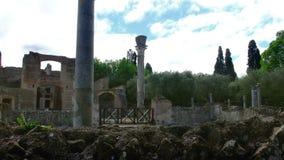 Las tres ruinas del edificio de Exedras del chalet Adriana o sitio arqueol?gico del chalet de Hardrians de la UNESCO en Tivoli -  almacen de metraje de vídeo