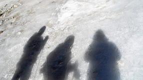 Las tres sombras de los amigos en el hielo Fotografía de archivo