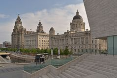 Las tres tolerancias que consisten en el hígado, el Cunard y el puerto reales de edificios de Liverpool el al frente del embarcad fotos de archivo