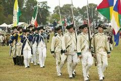 Las tropas francesas dejan el campo al campo de la entrega en el 225o aniversario de la victoria en Yorktown, una reconstrucción  Fotografía de archivo