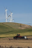 Las turbinas de viento compiten con el cultivo para el espacio Imagen de archivo libre de regalías