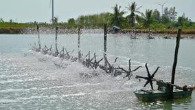 Las turbinas del agua se utilizan para aumentar el oxígeno en las charcas 4k video de la acuicultura almacen de video