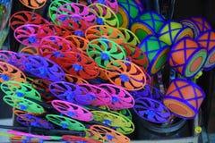 Las turbinas y los tambores coloridos del juguete se venden en el mercado imagen de archivo libre de regalías