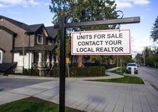 Las unidades en venta entran en contacto con su agente inmobiliario local para cantar Delante de una casa en una vecindad residen imágenes de archivo libres de regalías