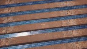 Las unidades solares fotovoltaicas de la visión industrial aérea abandonan el ambiente produciendo la energía renovable metrajes