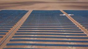 Las unidades solares fotovoltaicas de la visión industrial aérea abandonan el ambiente produciendo la energía renovable almacen de metraje de vídeo