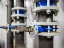 Las válvulas de mariposa en los tubos, la válvula se utilizan en trabajo industrial fotos de archivo libres de regalías