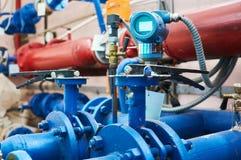 Las válvulas instaladas en los tubos pintaron azul Fondo industrial foto de archivo