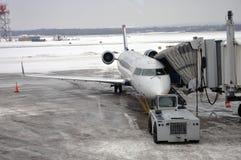 Las vías aéreas de los E.E.U.U. expresan el abastecimiento en el aeropuerto Fotografía de archivo