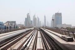 Las vías del ferrocarril de las nuevas tecnologías de Dubai entrenan a la vista de rascacielos Imagen de archivo libre de regalías