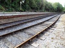 Las vías del tren convergen en la estación del campo común de Oldland Imagen de archivo libre de regalías