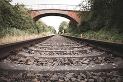 Las vías viejas llevan al horizonte imagenes de archivo