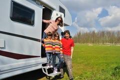 Las vacaciones de familia, viaje de rv con los niños, los padres felices con los niños el día de fiesta disparan en motorhome Imagen de archivo libre de regalías