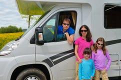 Las vacaciones de familia, viaje del campista de rv con los niños, padres con los niños el día de fiesta disparan en motorhome Imagen de archivo libre de regalías
