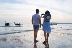 Las vacaciones de verano de la playa de los pares, mujer del hombre toman los jóvenes Guy Girl Back Rear View de la puesta del so Fotografía de archivo