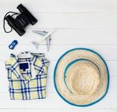 Las vacaciones de verano de los accesorios del viaje del muchacho se oponen en la madera Fotografía de archivo libre de regalías