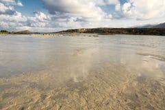 Las vacaciones de verano en Elafonisi varan, esquina al sudoeste de la isla griega Creta fotos de archivo