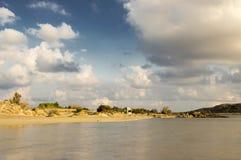 Las vacaciones de verano en Elafonisi varan, esquina al sudoeste de la isla griega Creta imagen de archivo