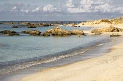 Las vacaciones de verano en Elafonisi varan, esquina al sudoeste de la isla griega Creta imagenes de archivo