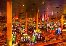 Las Vegas Amerikas förenta stater - Maj 07, 2016: Enarmade banditer i den New York hotellkasinot Arkivfoton