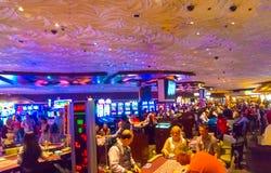 Las Vegas Amerikas förenta stater - Maj 06, 2016: Folket som spelar på enarmade banditer i det Excalibur hotellet och Arkivfoto