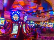 Las Vegas Amerikas förenta stater - Maj 06, 2016: Folket som spelar på enarmade banditer i det Excalibur hotellet och Royaltyfri Bild