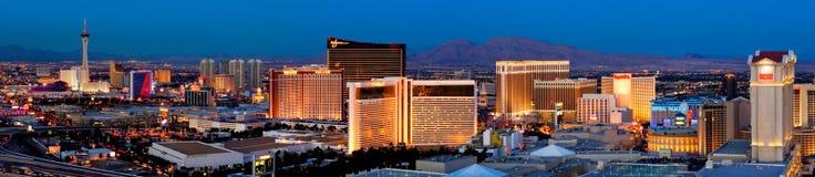 Las Vegas Boulevard, alias der Streifen, ist mit hell farbigen Lichtern nachts im Jahre 2007 unter Wasser stockbilder