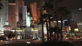 Las Vegas Boulevard på natten med statyn av frihet lager videofilmer